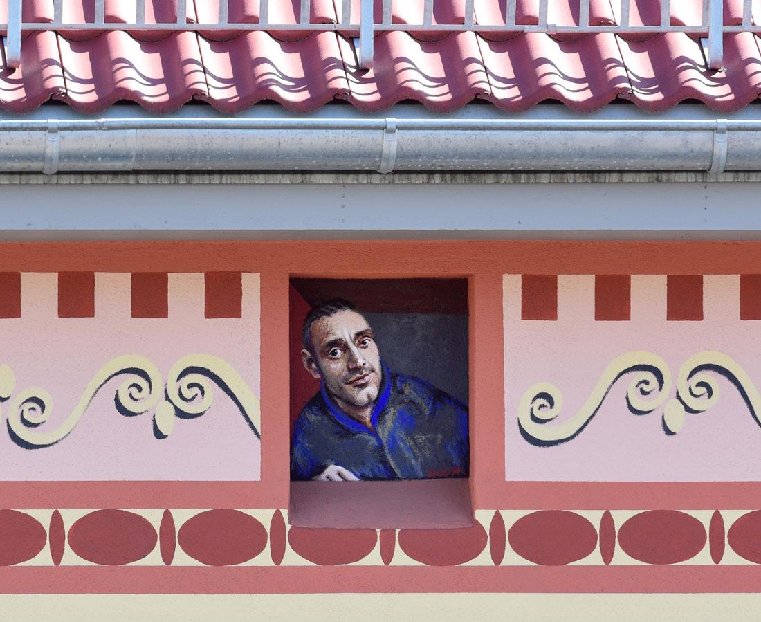 Gabriele Riesner, Architektin, Berlin-Kreuzberg, Dachgeschossausbau eines Hauses, Gesimsband, Portrait Bauherr