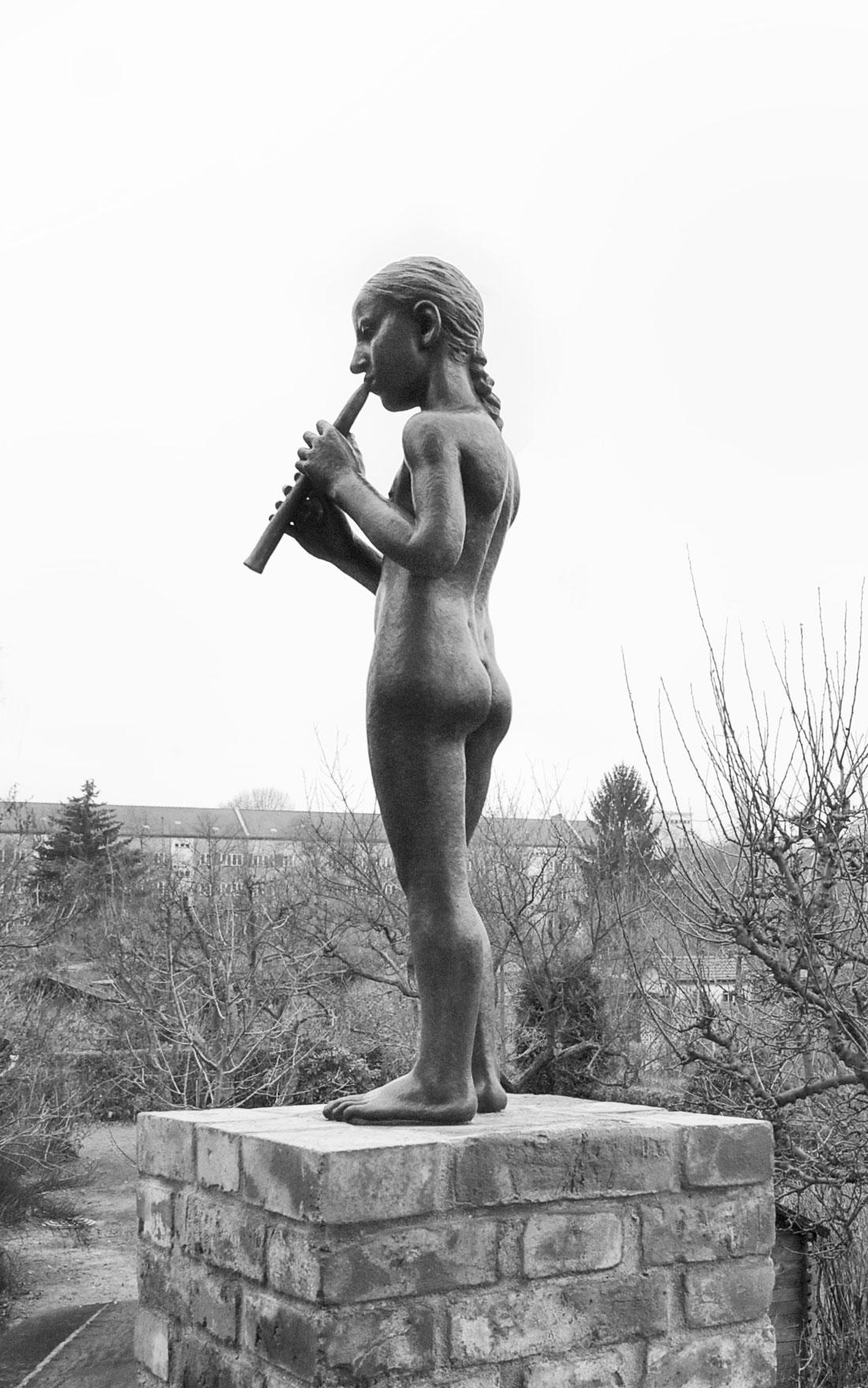 Gabriele Riesner, Architektin, Berlin-Wilmersdorf, Restaurierung/Modernisierung eines Mietshauses, Hausgarten mit Bronzefigur von dem Bildhauer Maximilian Klinge