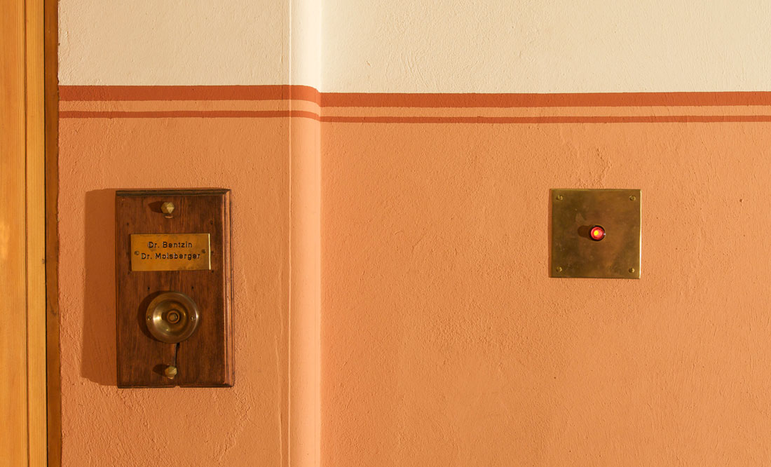 Gabriele Riesner, Architektin, Berlin-Wilmersdorf, Restaurierung/Modernisierung eines Mietshauses, Klingelschild und Lichtschalter