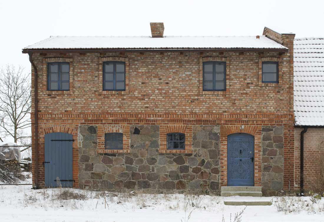 Gabriele Riesner, Architektin, Friedenfelde/Uckermark, Umbau und Erweiterung eines 150 Jahre alten Stallgebäudes, Straßenansicht Norden
