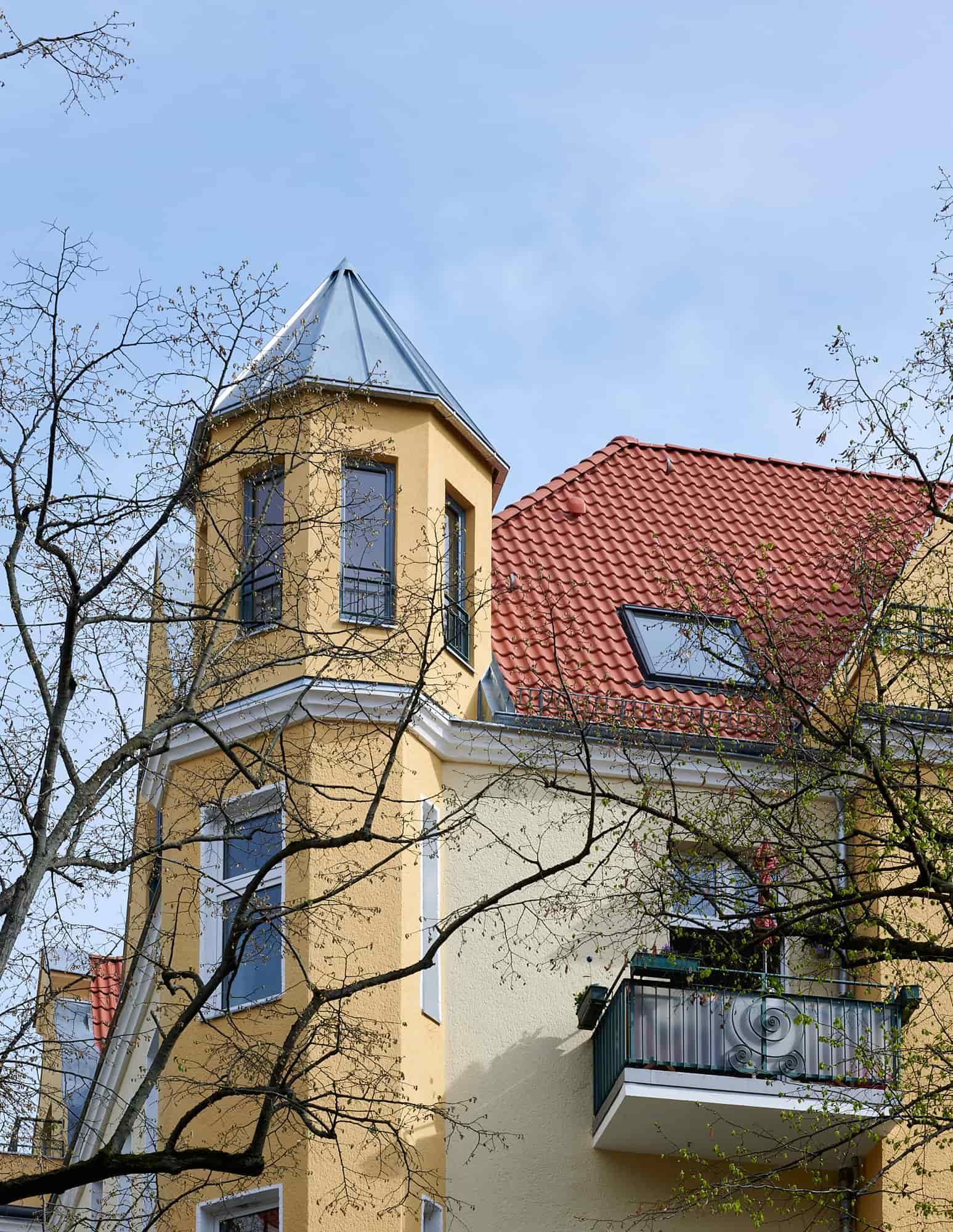 Gabriele Riesner, Architektin, Berlin, Dachgeschossausbau eines Mietshauses in Berlin-Steglitz, Straßenfassade